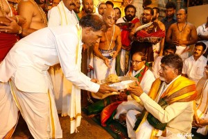 Chandrababu presents silk vastrams to Lord Balaji